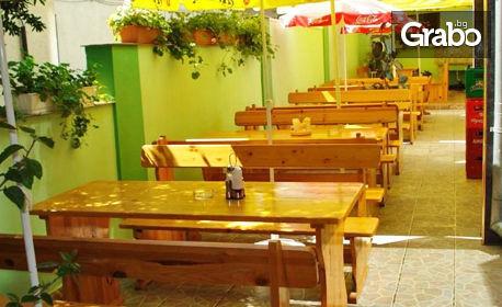 През Юли и Август в Черноморец! Нощувка със закуска - без или със вечеря - на 190м от залива