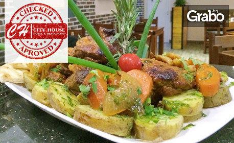 Вкусно плато със свински обезкостени джолани, домашни билкови картофки, чеснова пърленка и люти чушлета