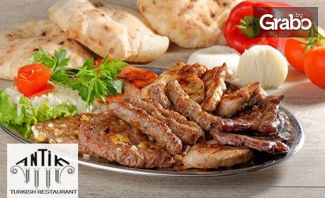 Плато с кюфтета и пилешки крилца на барбекю от дървени въглища и печени зеленчуци