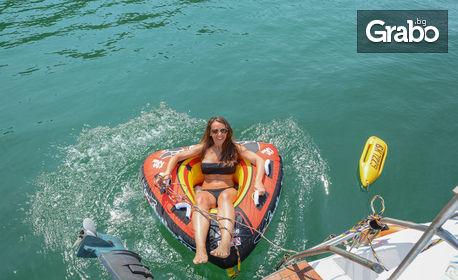Двучасова разходка с яхта във Варненския залив, плюс чаша шампанско и фъстъци
