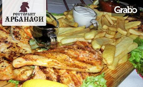 Плато с 1.8кг печени мариновани пилешки филенца и крилца, пресни пържени картофки и 3 вида сос