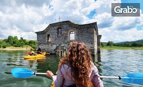 Един час каякинг около Потъналата църква на язовир Жребчево с инструктор, плюс видеозаснемане и снимки от приключението