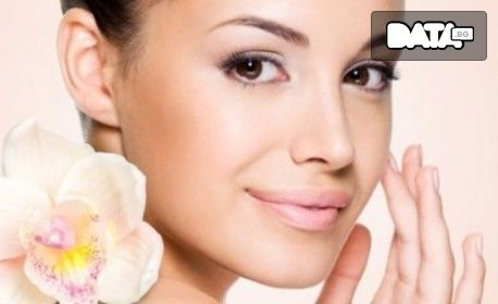 Терапия за лице по избор: колагенова, хиалуронова или против акне, плюс почистване на вежди