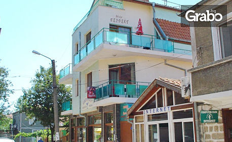 Цяло лято в Черноморец! Нощувка със закуска и възможност за вечеря