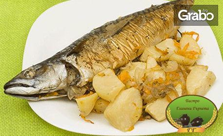 Вкусна пъстърва с гарнитура печени картофи с пресни подправки и зехтин