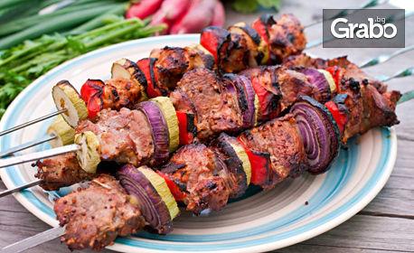 Пилешки или свински шишчета по нашенски, плюс Шопска салата