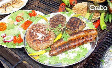 Сръбски изкушения! Лесковачка плескавица с лук, пилешка пържола, сръбска наденица и македонска салата