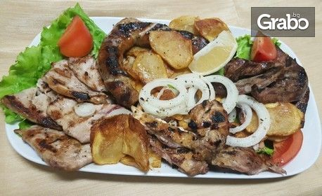 Плато на барбекю - свински и пилешки пържолки, домашна наденица и свински дроб, плюс домашен чипс и пърленка