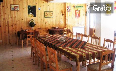На Свети Валентин в Пампорово! Нощувка със закуска и празнична вечеря на свещи с родопски специалитети