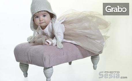 Семейна или детска студийна фотосесия с 50 или 160-180 кадъра и фотокнига, плюс бонус - 4 обработени кадъра