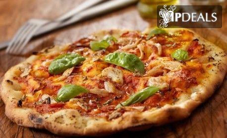 Салата и ръчно приготвена пица, по избор