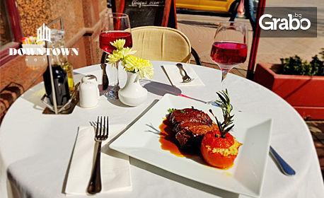 Парче белгийска шоколадова торта и чаша греяно вино с ябълково-цитрусов вкус